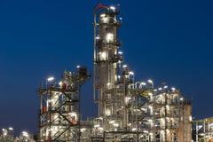 Rafinerii Ropy Naftowej fabryka w wieczór, ropa naftowa, zakład petrochemiczny Obrazy Royalty Free
