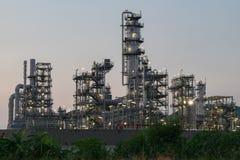 Rafinerii Ropy Naftowej fabryka w wieczór z trawą dla przedpola, Petr Zdjęcie Stock
