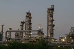 Rafinerii Ropy Naftowej fabryka w wieczór z trawą dla przedpola, Petr Zdjęcie Royalty Free