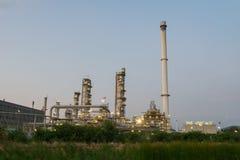 Rafinerii Ropy Naftowej fabryka w wieczór z trawą dla przedpola, Petr Zdjęcia Stock