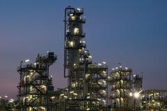 Rafinerii Ropy Naftowej fabryka w wieczór z trawą dla przedpola, Petr Obraz Royalty Free