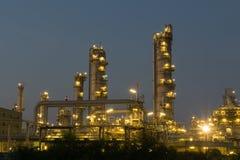 Rafinerii Ropy Naftowej fabryka w wieczór z trawą dla przedpola, Petr Obrazy Royalty Free