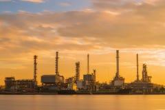 Rafinerii ropy naftowej lub ponaftowej rafinerii przemysłowy zakład przetwórczy z Fotografia Stock
