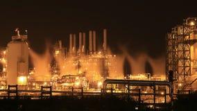 Rafinerii ropy naftowej przemysłowa roślina przy nocą, Tajlandia zbiory