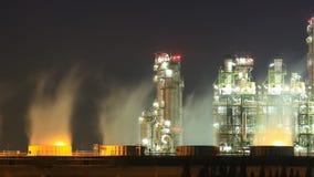 Rafinerii ropy naftowej przemysłowa roślina z niebem przy nocą, Tajlandia zdjęcie wideo
