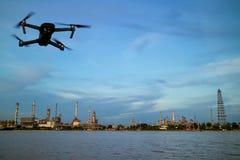 Rafinerii ropy naftowej roślina blisko rzeki i trutnia fotografia stock