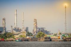 Rafinerii ropy naftowej roślina przy nadbrzeżem rzeki Chao Phraya rzeka w Bangkok Zdjęcia Royalty Free