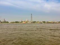 Rafinerii ropy naftowej roślina przy nadbrzeżem rzeki Chao Phraya rzeka w Bangkok Zdjęcie Stock