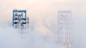 Rafinerii ropy naftowej roślina rop naftowych lub petrochemicznego przemysłu produkcja w dymu zdjęcie wideo
