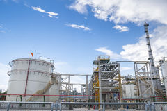 Rafinerii ropy naftowej roślina z niebieskim niebem Zdjęcie Stock