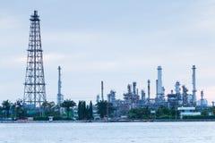 Rafinerii ropy naftowej rzeki fabryczny przód Zdjęcie Stock