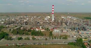 Rafinery dell'olio, campi del fumo del camino di industria del colpo del fuco nella distanza video d archivio