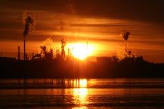 rafineryjny nad świtem zdjęcie stock