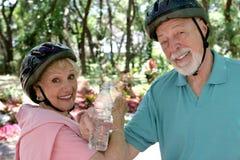 Rafraîchissement aîné de couples Image libre de droits
