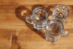 Rafrescamento da bebida do spritzer da soda Três copos de vidro do vinho branco na tabela de madeira nos vinhedos na taberna de H fotografia de stock royalty free