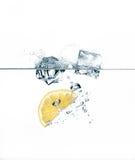 Rafrescamento saudável com o cubo do limão e de gelo Imagens de Stock