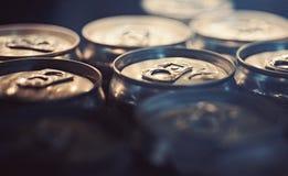 Rafrescamentos claros Latas de bebida de alumínio Latas da bebida Abas da tração em partes superiores das latas Recipientes do me foto de stock
