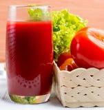 Rafrescamentos de vidro de Juice Means Thirsty Refreshment And do tomate fotos de stock royalty free