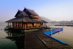 Rafthouse im See Stockbilder