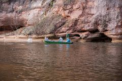 Rafting, άτομο με τη βάρκα, ποταμός Gauja Κύματα και ηλιόλουστη ημέρα Φωτογραφία 2019 ταξιδιού στοκ εικόνα