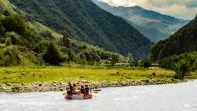 Rafting σε έναν ποταμό βουνών ακραίος αθλητισμός στοκ φωτογραφίες με δικαίωμα ελεύθερης χρήσης