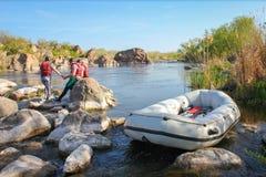 Rafting av laget, extrem vattensport f?r sommar Grupp människor i ett rafting fartyg, härlig adrenalinritt ner den Tara floden, royaltyfri foto