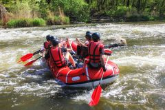 Rafting av laget, extrem vattensport f?r sommar arkivfoton
