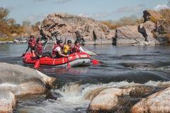 Rafting av laget, extrem vattensport f?r sommar arkivfoto