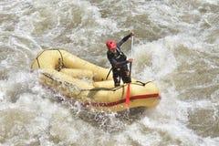Rafting in de stroomversnelling Stock Foto's