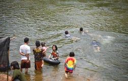 Rafting dell'acqua di divertimento dell'Asia del bambino Immagine Stock