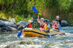 Rafting en het kayaking Een populaire plaats voor extreme familie en collectieve recreatie evenals opleidend voor atleten royalty-vrije stock foto's