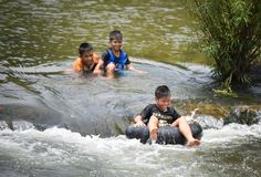 Rafting för barnAsien rolig vatten Arkivfoto