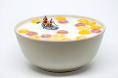 Rafting i en bunke av färgrik sädesslag med mjölkar Sunda breakfas Royaltyfri Foto