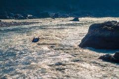 Rafting op de krachtige rivier van Ganges in de zon schittert in Rishikesh, Noord-India royalty-vrije stock foto's