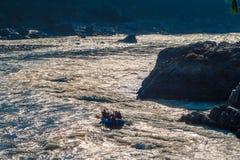 Rafting på det kraftiga Gangeset River i solen att glo i Rishikesh, norr Indien Arkivfoto