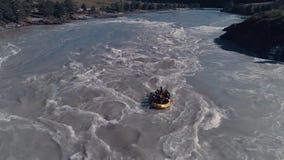_ Rafting på en bergflod Lag för Whitewater rafting som stiger ned rasa forsar stock video