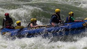 Rafting in ruwe wateren de Witte Nijl stock footage