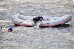 Rafting som plaskar det vita vattnet Royaltyfri Foto