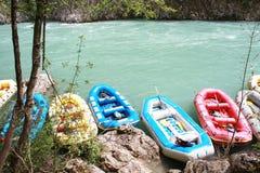 Raftingsboten op de snelle rivier Tara Royalty-vrije Stock Afbeeldingen