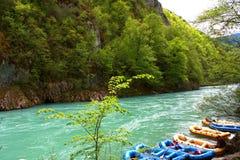 Raftingsboten op de snelle rivier Tara Royalty-vrije Stock Foto's