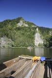 Raftsmenboot auf dem Fluss Dunajec lizenzfreie stockfotografie