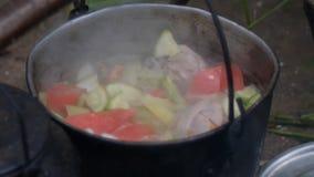 Ragù in una cucina mobile di un campeggio video d archivio