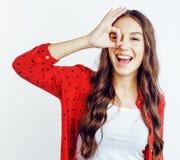 Ragazza abbastanza adolescente dei pantaloni a vita bassa dei giovani che posa sorridere felice emozionale sul fondo bianco, conc fotografia stock