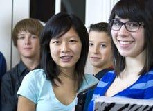Ragazza abbastanza asiatica con i compagni di classe Fotografia Stock
