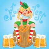 Ragazza abbastanza bavarese con birra e la ciambellina salata, carta di Oktoberfest Immagini Stock