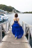 Ragazza abbastanza cinese con il vestito pieno blu fotografia stock libera da diritti