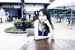 Ragazza abbastanza cinese con il vestito pieno blu immagine stock