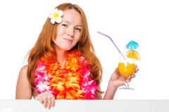 ragazza abbastanza dai capelli rossi con i fiori nel manifesto e nel cocktail Fotografia Stock