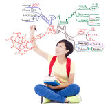 Ragazza abbastanza giovane dello studente che disegna circa il progetto per il futuro Immagine Stock