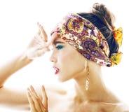 Ragazza abbastanza moderna dei giovani con lo scialle luminoso sulla posizione emozionale capa fotografia stock